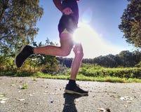 Mężczyzna trenuje, przygotowywa, jego ciało dla maratonu bieg obrazy stock