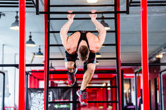 Mężczyzna trenuje w gym przy stylów wolnych Calisthenics Zdjęcia Stock