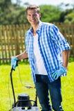 Mężczyzna trwanie lawnmower Obrazy Stock