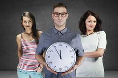 Mężczyzna trzyma ściennego zegar zdjęcie royalty free