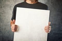 Mężczyzna trzyma białego sztandar obraz stock