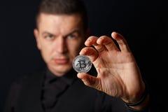 Mężczyzna trzyma bitcoin zdjęcia royalty free