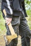 Mężczyzna trzyma cioskę Obraz Stock