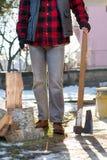 Mężczyzna trzyma cioskę dla siekać łupkę Zdjęcie Stock