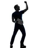Mężczyzna trzyma cyfrową pastylki sylwetkę Fotografia Royalty Free
