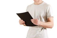 Mężczyzna trzyma czarnego A4 papier Czyta broszurę Ulotki prezentacja Fotografia Royalty Free