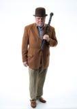 Mężczyzna trzyma czarnego wrzosa chodzącego kij w brown Derby i kurtce fotografia stock