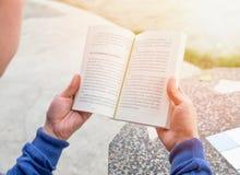 Mężczyzna trzyma czytelniczą książkę Obraz Stock