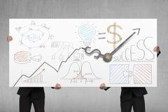 Mężczyzna trzyma deskowymi z biznesowymi doodles i zegarowymi rękami Zdjęcia Stock