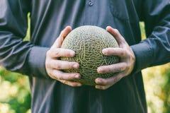 Mężczyzna trzyma dojrzałego melon obrazy royalty free