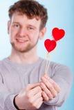 Mężczyzna trzyma dwa serca Zdjęcie Stock