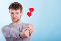Mężczyzna trzyma dwa serca Zdjęcie Royalty Free