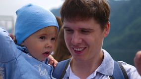 Mężczyzna trzyma dziecka w ona ręki zbiory wideo
