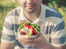 Mężczyzna trzyma falafel kanapkę w papierowej torbie Zdjęcie Stock