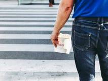 Mężczyzna trzyma fast food w jego ręce Fotografia Royalty Free