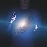 Mężczyzna trzyma galaxy między rękami royalty ilustracja