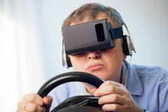 Mężczyzna trzyma hazardu komputerowego koło dostaje doświadczenie używać słuchawek szkła Obrazy Royalty Free