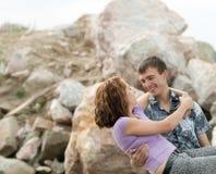 Mężczyzna trzyma jego żony na rękach outdoors Zdjęcie Stock