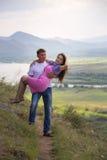Mężczyzna trzyma jego dziewczyny w jego ręki Obraz Stock