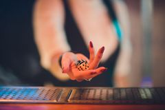 Mężczyzna trzyma kostka do gry Ręka z kostka do gry zdjęcia stock