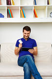 Mężczyzna trzyma kredytową kartę Fotografia Stock