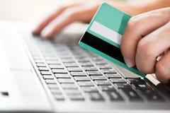 Mężczyzna trzyma kredytową kartę w ręce fotografia stock