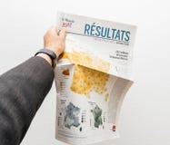 Mężczyzna trzyma Le Monde z Francuskimi wybór prezydenci Zdjęcia Royalty Free