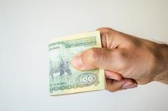 Mężczyzna trzyma Nepal rupii notatki w jego ręka Obrazy Stock