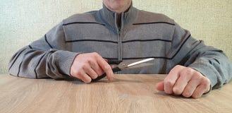 Mężczyzna trzyma nożyce w jego rękach fotografia royalty free