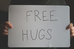 Mężczyzna trzyma notatkę z inskrypcją - Uwalnia uściśnięcia Wakacyjny pojęcie Międzynarodowy dzień uściśnięcia Zdjęcie Royalty Free