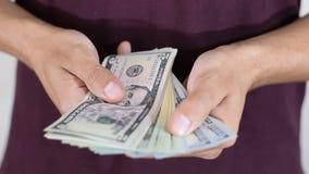 Mężczyzna trzyma paczkę dolary zbiory