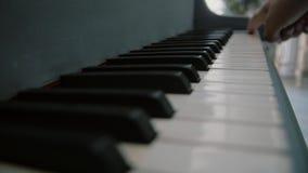 Mężczyzna trzyma palec na kluczach pianino Ręki bawić się przy pianinem męski muzyk Zakończenie up dotyka pianista przy pianinem  zdjęcie wideo