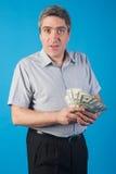 Mężczyzna trzyma pieniądze w ręce Obrazy Royalty Free