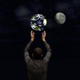 Mężczyzna trzyma planetę fotografia royalty free