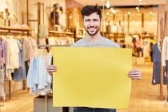 Mężczyzna trzyma pustego signboard jako reklama dla mody obraz royalty free