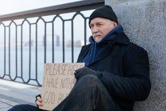 Mężczyzna trzyma ręki na kolanach w rok Obraz Royalty Free