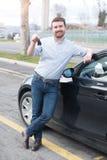 Mężczyzna trzyma samochodowego klucz obok jego pojazdu Obrazy Stock