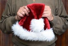 Mężczyzna Trzyma Santa Kapeluszowy Fotografia Royalty Free
