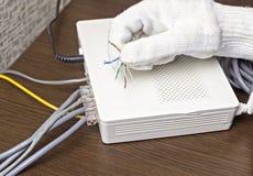 Mężczyzna trzyma sieć kabel w jego ręce, zakończenie, modem zdjęcie royalty free