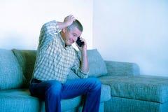 Mężczyzna trzyma smartphone Jest wokoło robić rozmowie telefoniczej zdjęcia stock