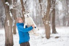 Mężczyzna trzyma szczeniaka Zdjęcia Stock