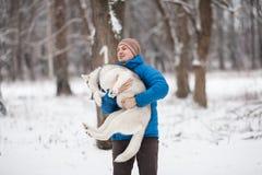 Mężczyzna trzyma szczeniaka Fotografia Royalty Free