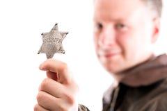 Mężczyzna trzyma szeryf odznakę Obraz Stock