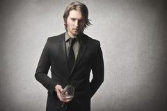 Mężczyzna trzyma szkło fotografia royalty free
