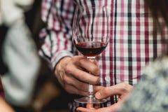 Mężczyzna trzyma szkło winograd w barze zdjęcie royalty free