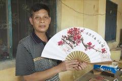 Mężczyzna trzyma tradycyjni chińskie fan w Yangshuo, Chiny Obrazy Stock
