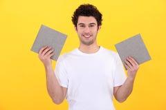 Mężczyzna trzyma up płytki zdjęcia stock