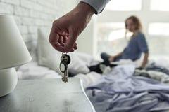 Mężczyzna trzyma wiązkę clefs fotografia stock