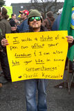 Mężczyzna trzyma znaka w okularach przeciwsłonecznych Obrazy Royalty Free