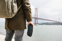 Mężczyzna trzymają rzeczywistość wirtualna spojrzenia przy 25th Kwietnia most w Lisbon i szkła Pojęcie wirtualna podróż Zdjęcie Royalty Free